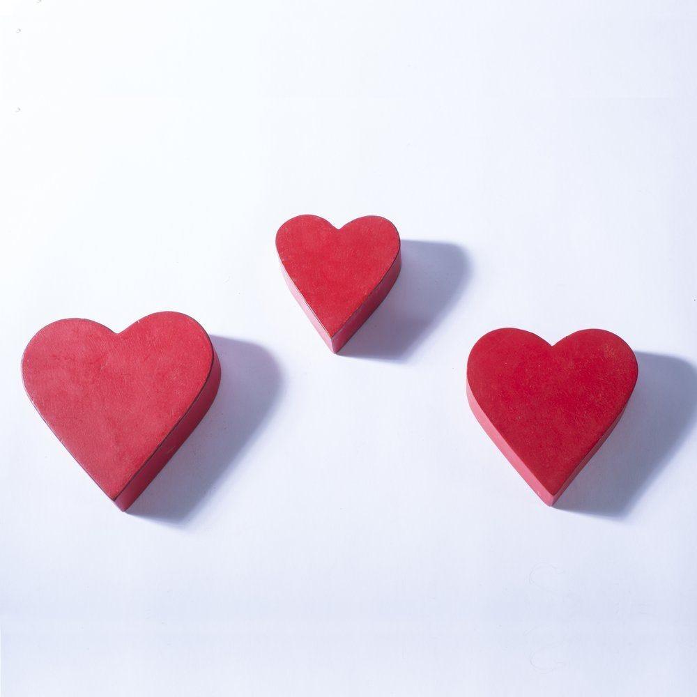 Coeurs en bois rouge à poser 11x12 - 14.5x15 et 17x17.5cm - set de 3 (photo)