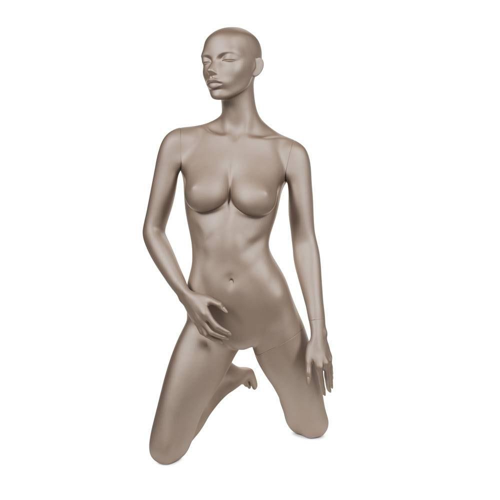 Mannequin femme abstrait bonnet c bronze métallique mat positon assise (photo)